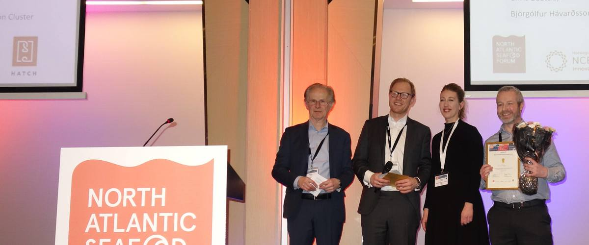 The proud winner Jason Clark Fixed Phage to the right together with  Øystein Lie, NASF; Kristoffer Jordheim, Pareto Securities and Tanja Hoel NCE Seafood Innovation Cluster.
