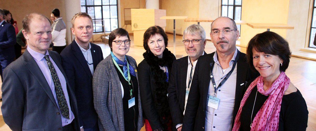 Stronger together: the University of Bergen (UiB), Western Norway University of Applied Sciences (HVL), the Norwegian School of Economics (NHH) and NORCE have joined together to create Energiomstilling VEST. Pictured (R-L): Gunnar Eskeland (NHH), Jens Kristian Fosse (HVL), Kristin Guldbrandsen Frøysa (UiB), Aina Margrethe Berg (NORCE), Geir Anton Johansen (HVL), Leif K. Sandal (NHH) og Gunn Mangerud (UiB). Photo © Jens H. Ådnanes, UiB