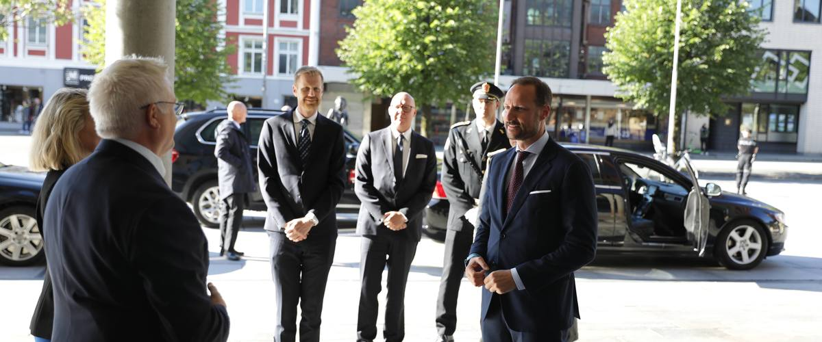 HRH Crown Prince Haakon (r) arriving at THE OCEAN and being received by Nina Stangeland (NCE Seafood Innovation, l) and Owe Hagesæther (GCE Ocean Technology, 2nd l) (Photo c/o Bergen Live/THE OCEAN)