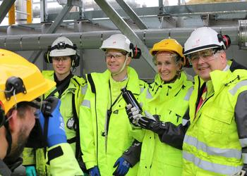 Apprentice Sander Kjeseth Rath (left), Rasmus F. Wille, vice president of the Mongstad plant, Irene Rummelhoff, executive vice president for Marketing, Midstream & Processing in Equinor, and Kjell-Børge Freiberg, minister of Petroleum and Energy, with a sample of oil from the Johan Sverdrup field. Photo © Jannike Steindal Nordanger