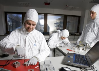 Engineers working in the cleanroom at Prototech in Bergen. The company is making its facilities available to other businesses in the ocean industries, as a part of the Ocean Innovation Norwegian Catapult Centre. Photo © Prototech.